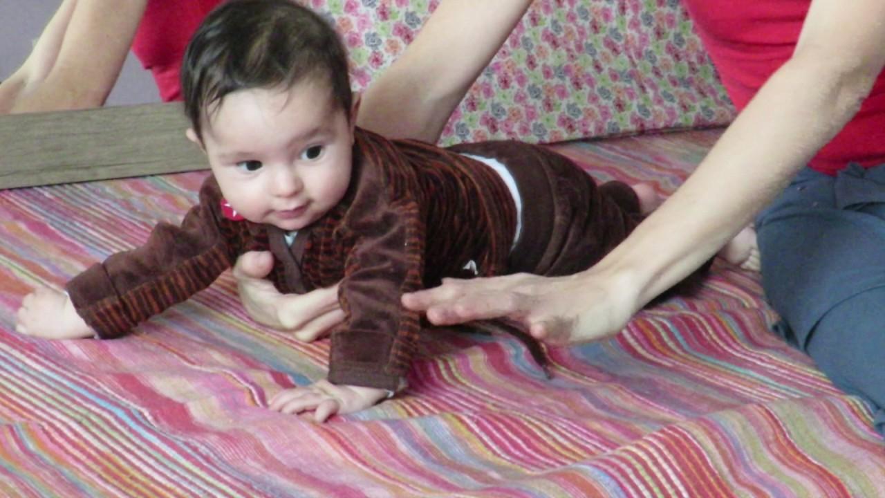 comment aider bébé à ramper